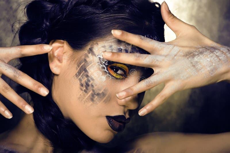 Het manierportret van vrij jonge vrouw met creatief maakt omhoog als een slang royalty-vrije stock fotografie