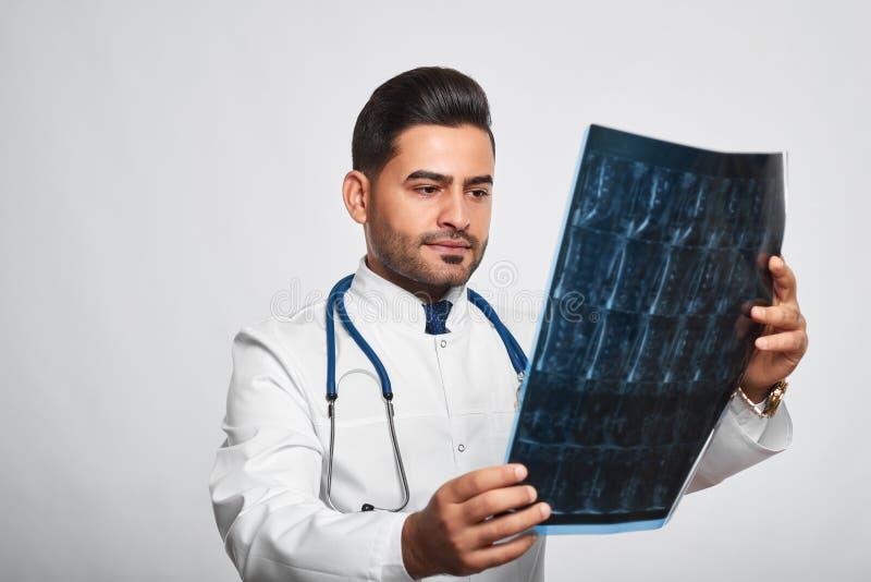 Het mannelijke arts stellen bij studio stock fotografie