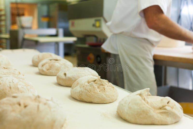Het mannelijke brood van het bakkersbaksel royalty-vrije stock afbeeldingen