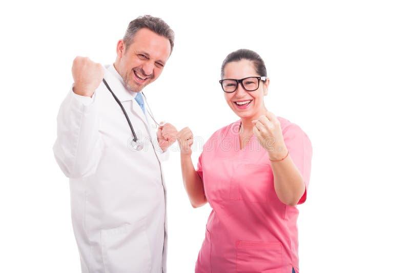 Het mannelijke dokter vieren met zijn het werkcollega royalty-vrije stock foto's