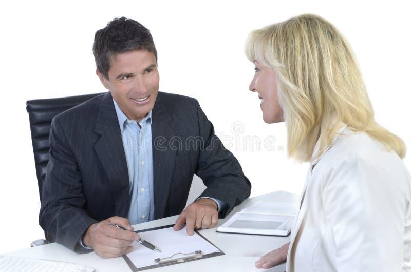 Het mannelijke en vrouwelijke bedrijfsmensen onderhandelen stock afbeeldingen