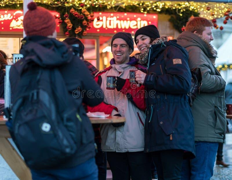 Het mannelijke en Vrouwelijke stellen voor een fotografie in Gendarmenmarkt, Berl stock foto