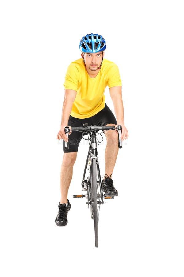 Het mannelijke fietser stellen op zijn fiets royalty-vrije stock foto's