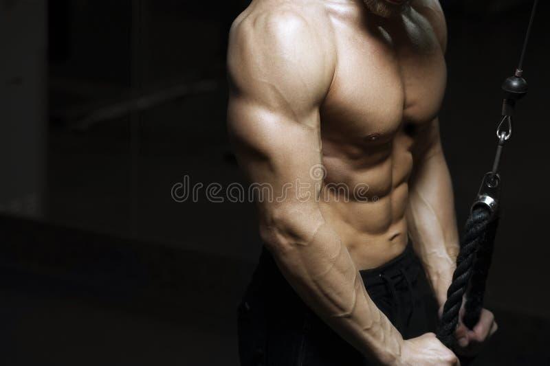 Het mannelijke geschiktheid model uitwerken op simulator stock foto's