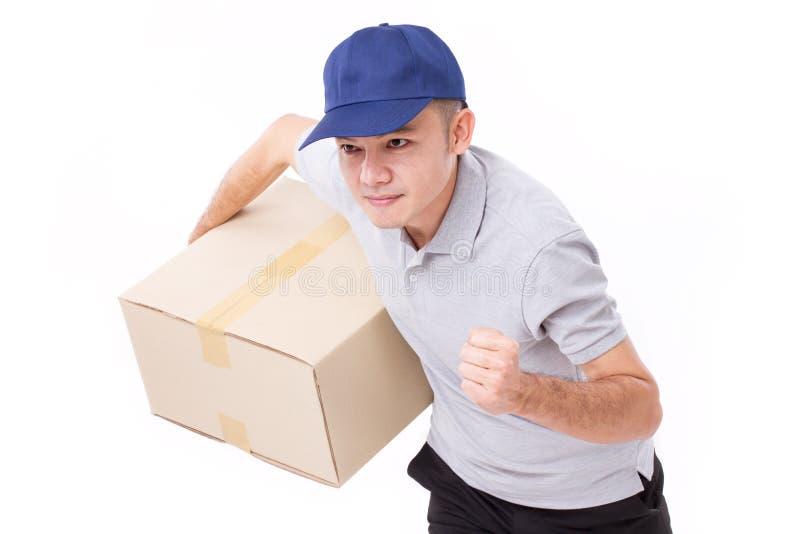 het mannelijke leveringspersoneel lopen, het pakket van de handholding of doos royalty-vrije stock foto's