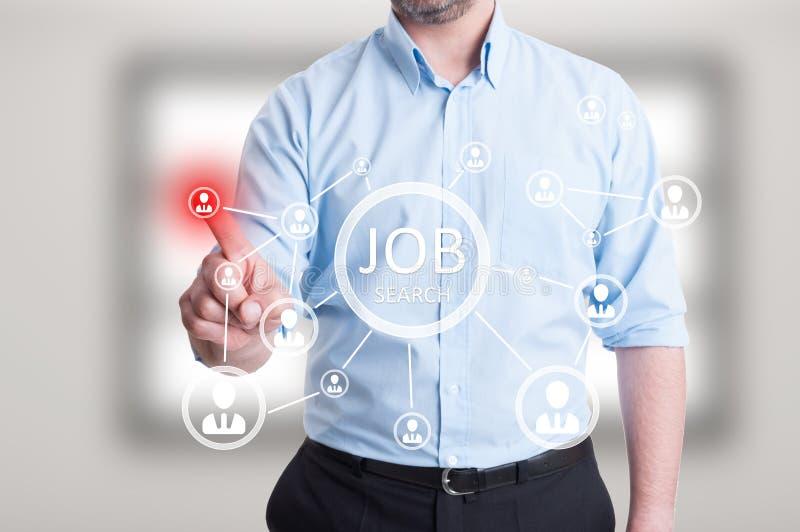 Het mannelijke ondernemershand drukken op abstracte digitale pictogrammen stock afbeelding