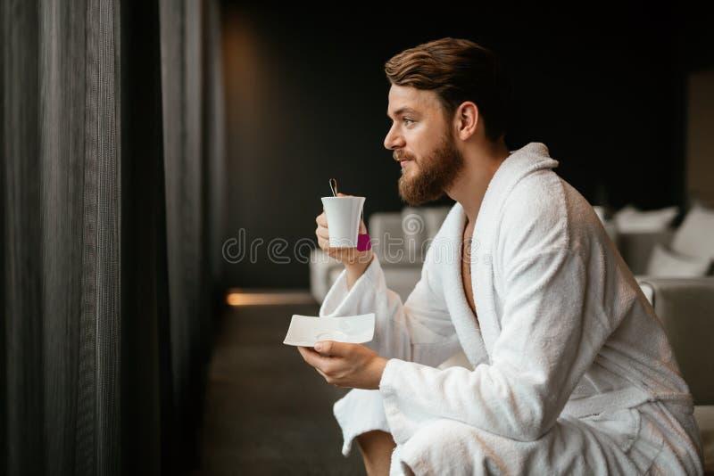 Het mannelijke ontspannen terwijl het drinken van thee stock afbeeldingen