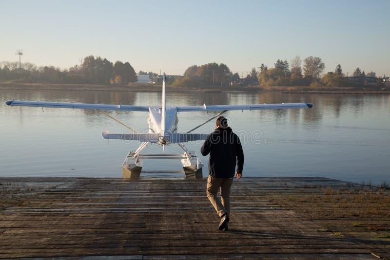 Het mannelijke proef lopen naar watervliegtuigwater royalty-vrije stock fotografie