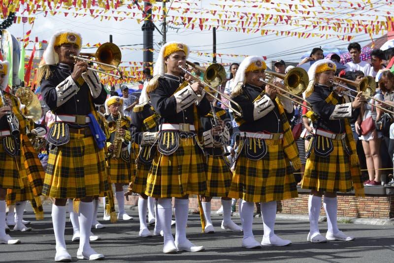 Het mannelijke spel van het bandlid trumphet op straat tijdens de jaarlijkse fanfarekorpstentoonstelling stock afbeelding