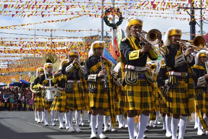 Het mannelijke spel van het bandlid trumphet op straat tijdens de jaarlijkse fanfarekorpstentoonstelling stock foto's