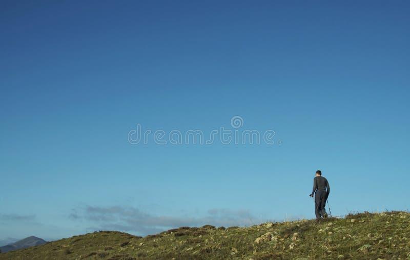 Het mannelijke uitgaan langs heuvel royalty-vrije stock foto's