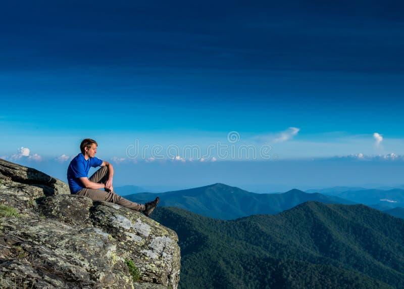 Het mannetje doorweekt volgens Dramatisch Ridge Below royalty-vrije stock foto