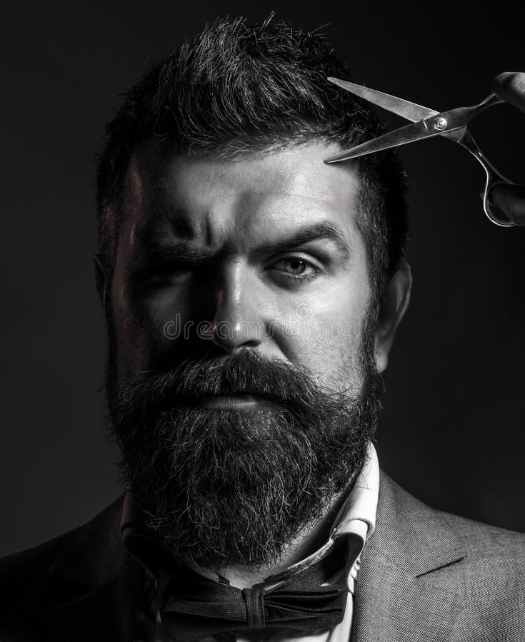 Het mannetje in herenkapper, kapsel, die bemant kapsel in het Portret van de kapperswinkel van de modieuze baardmens, schaar sche royalty-vrije stock fotografie
