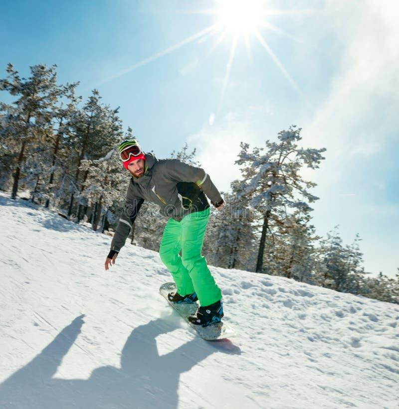 Het mannetje snowboarder geniet van de skitoevlucht stock afbeeldingen
