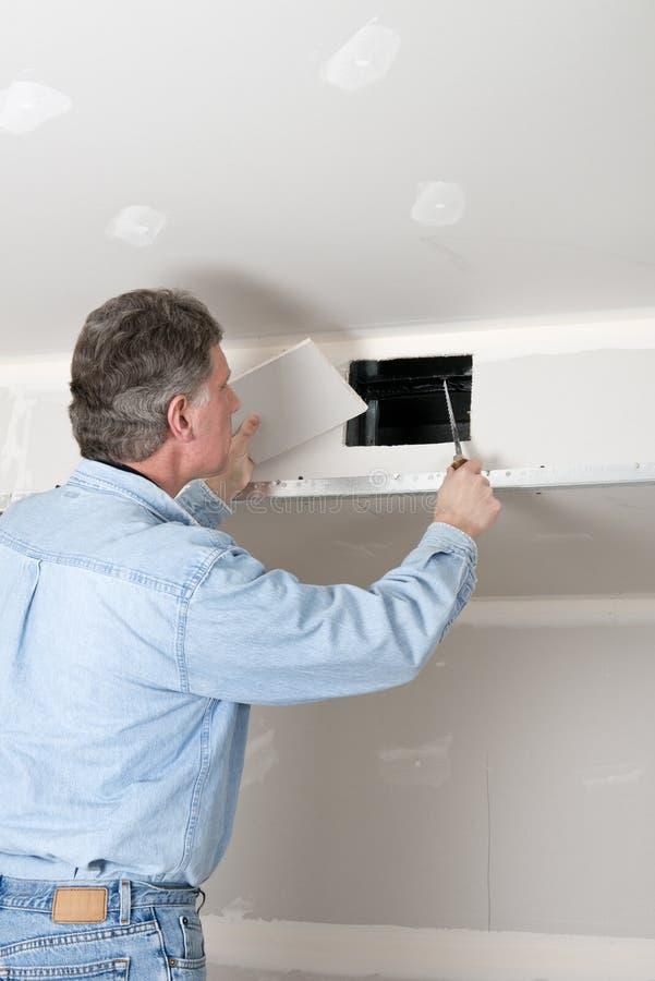 De Verbetering van het huis, de Mens van de Contractant installeert Drywall royalty-vrije stock afbeelding