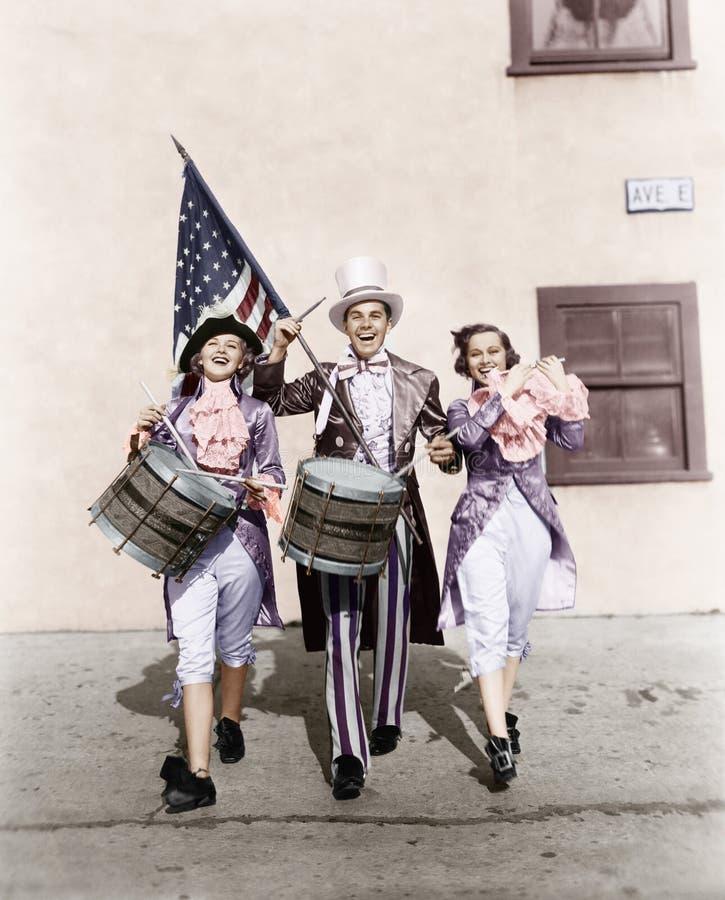 Het marcheren band die in een parade met een Amerikaanse vlag presteren (Alle afgeschilderde personen leven niet langer en geen l royalty-vrije stock afbeelding