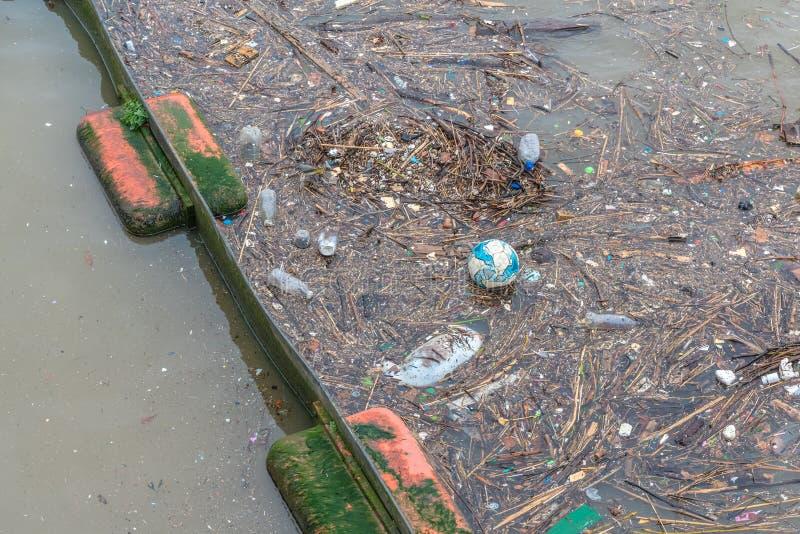 Het mariene die puin, ook als mariene draagstoel wordt bekend neigt om op het centrum van gyres en op kustlijnen te accumuleren stock foto's
