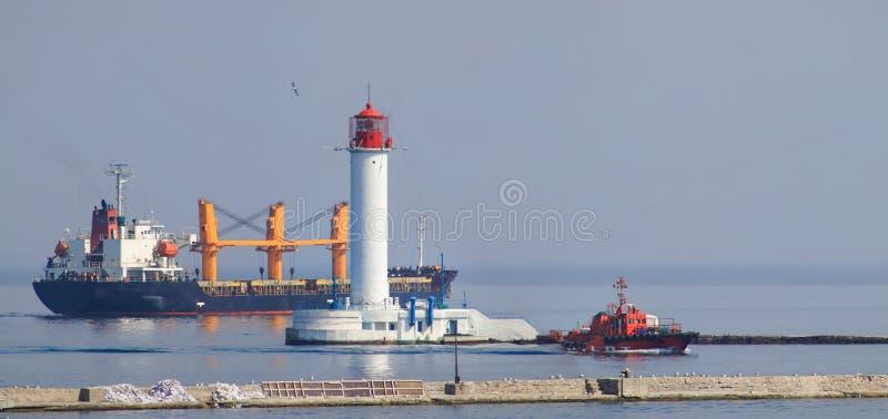 Het Mariene die vrachtschip van de ladingshaven met het verschepen wordt geladen stock afbeelding