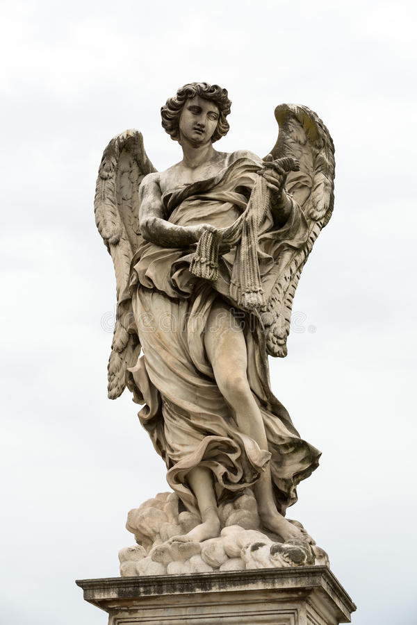Het marmeren standbeeld van Engel met ranselt door Lazzaro Morelli van Sant ` Angelo Bridge in Rome, stock fotografie