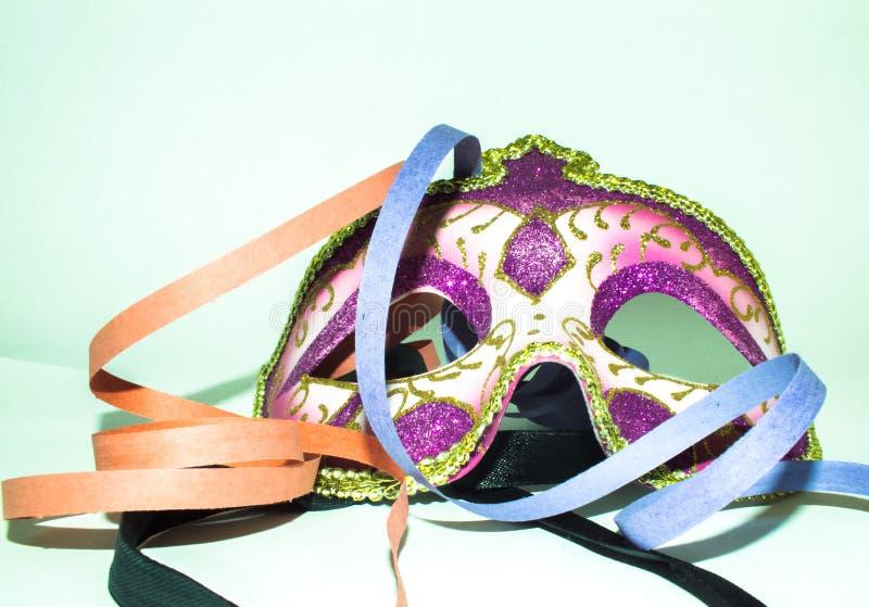 Het masker en de wimpels van Carnaval stock afbeelding