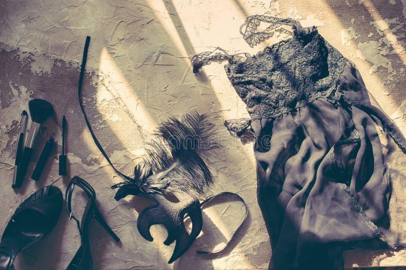 Het masker, maakt omhoog borstels en kantlingerie De reeks van vrouwen essentieel toebehoren en ondergoed op vlakte lag royalty-vrije stock foto's