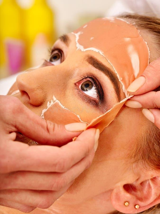 Het masker van het collageengezicht Gezichtshuidbehandeling Vrouw die kosmetische procedure ontvangen royalty-vrije stock afbeeldingen