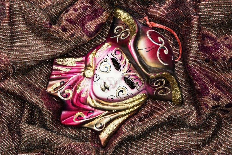 Het masker van maskeradecarnaval op de de stoffenachtergrond, schoonheid en FA royalty-vrije stock afbeeldingen