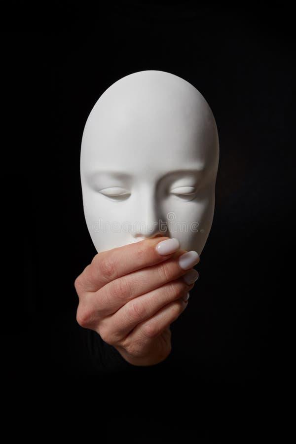 Het masker van het pleistergezicht met gesloten mond op een zwarte achtergrond Spreek geen Kwaad Concept drie wijze apen royalty-vrije stock afbeeldingen