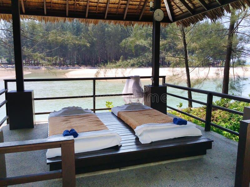 Het massagepaviljoen met bedden voor rust op het zandige strand thailand royalty-vrije stock fotografie