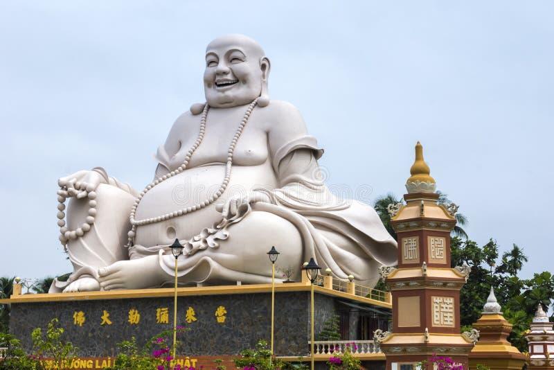 Het massieve witte standbeeld van Zittingsboedha bij de Pagode van Vinh Trang, Vietna stock foto's
