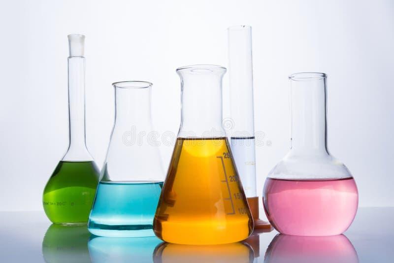 Het materiaal, de flessen en de reageerbuis van het chemielaboratorium stock afbeeldingen