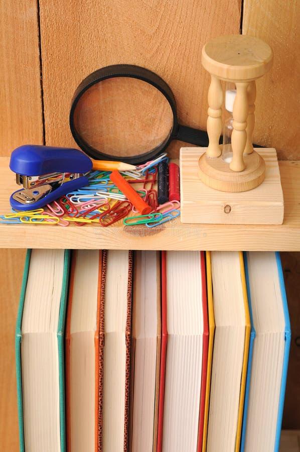 Download Het Materiaal En De Boeken Van De School Stock Foto - Afbeelding bestaande uit rood, houten: 29511272