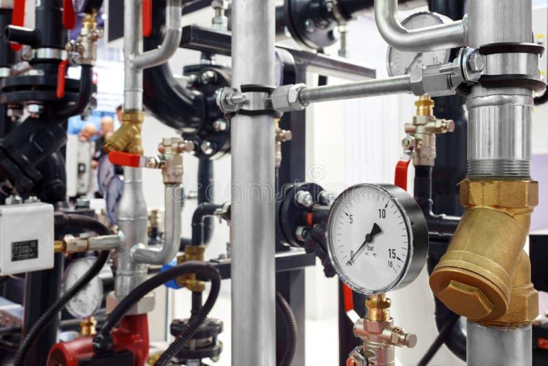 Het materiaal van het boiler-huis, - kleppen, buizen, drukmaten, thermometer Sluit omhoog van manometer, pijp, stroommeter, water stock foto's