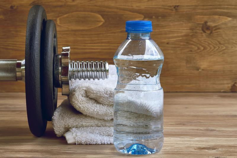 Het materiaal van de conceptengeschiktheid met domoor, fles water en handdoek royalty-vrije stock afbeelding