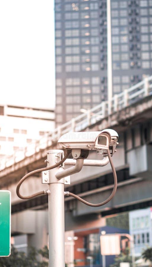 Het materiaal van de veiligheidscamera op pool in avondverkeerslicht met gloed lichteffect en copyspace royalty-vrije stock afbeeldingen