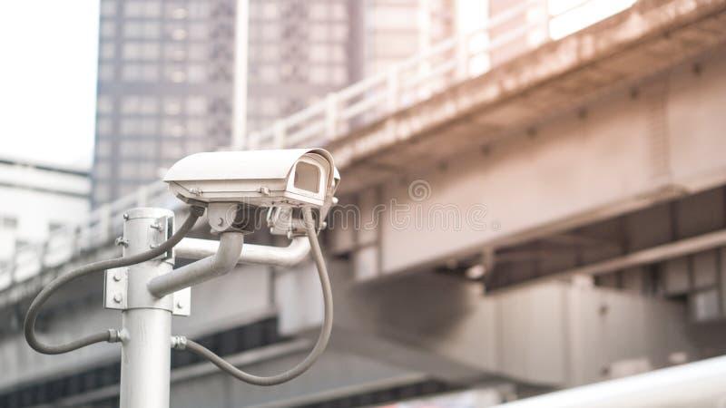 Het materiaal van de veiligheidscamera op pool in avondverkeerslicht met gloed lichteffect en copyspace stock foto's