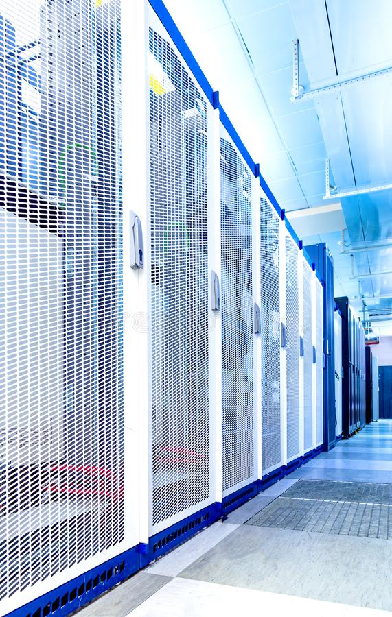 Het materiaal voor cellulaire mededeling in datacentrum, rijen van heldere kabinettencentrale verwerkingseenheden op lange termij stock afbeeldingen
