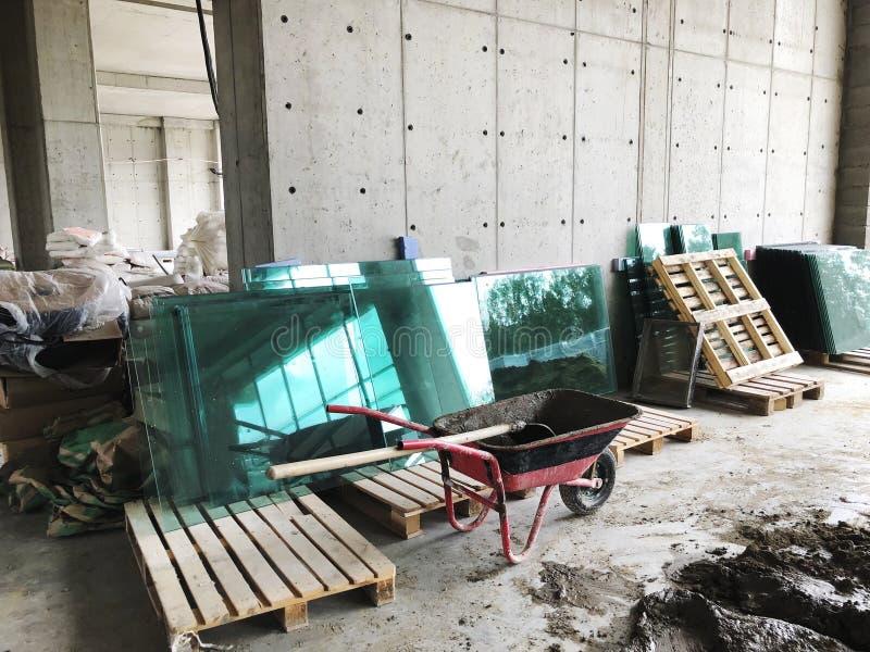 Het materiaal voor reparaties in een flat remodelleert in aanbouw het herbouwen en vernieuwing stock foto