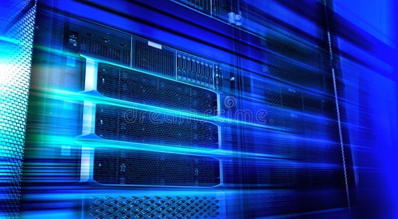 Het materiaalrek van de bladserver in de grote koude blauwe toon van het datacentrumneon in motie royalty-vrije stock foto