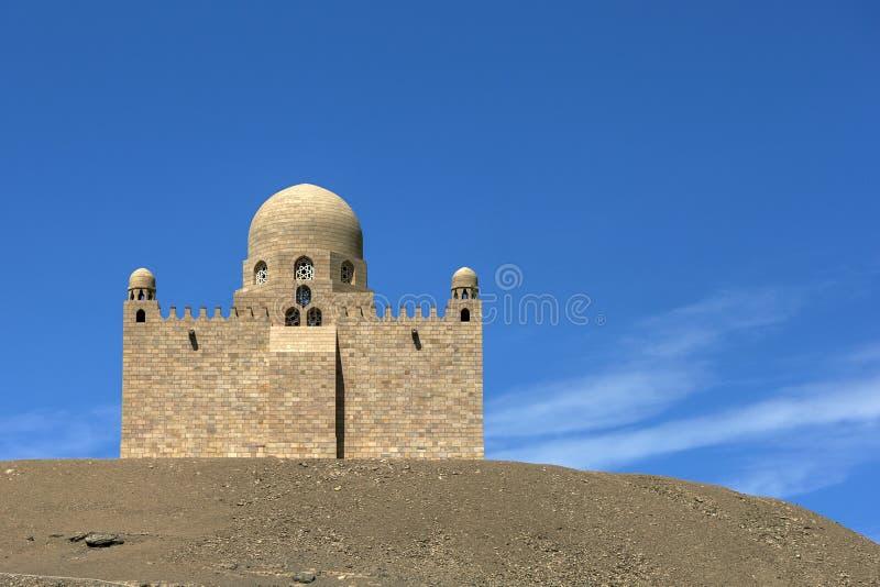 Het Mausoleum van Aga Khan dat zich hoog op Cisjordanië van de Rivier Nijl in het Aswan-gebied van Egypte bevindt stock foto's