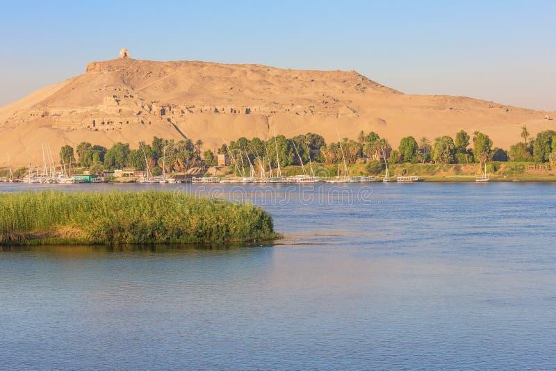 Het Mausoleum van Aga Khan met feluccas op de Nijl royalty-vrije stock afbeelding