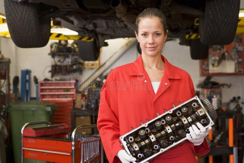 Het mechanische het deel van de holdingsauto glimlachen royalty-vrije stock foto's