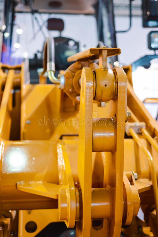 Het mechanisme om de emmer, de lader van de wielemmer dicht omhoog op te heffen stock fotografie