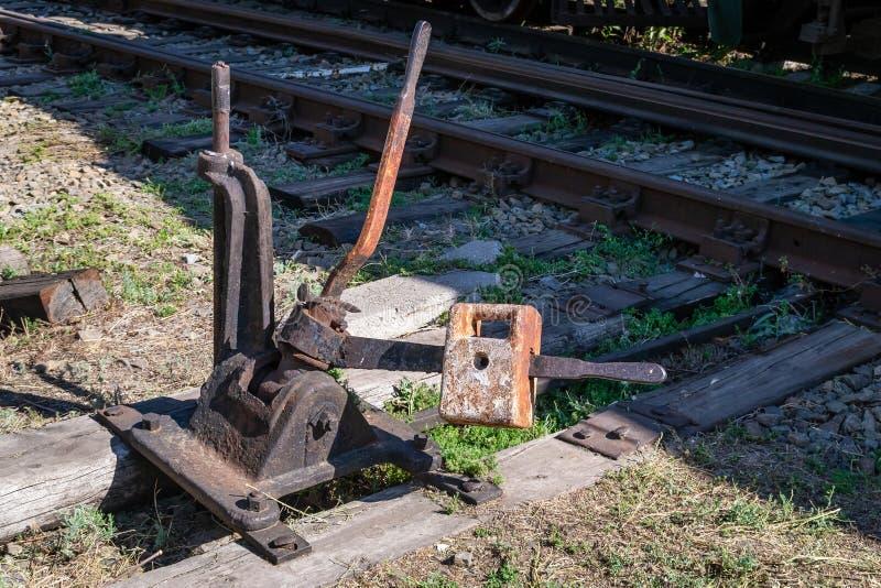 Het mechanisme om de pijlen op de spoorweg te schakelen royalty-vrije stock afbeeldingen