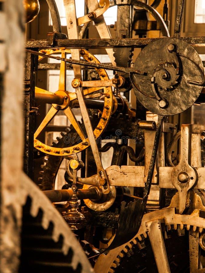 Het mechanisme van het uurwerk Sluit omhoog mening van radertjewielen en andere mechanische gedeelten van uitstekende torenklok royalty-vrije stock fotografie