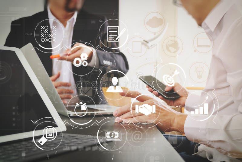 het mede het werk concept van de teamvergadering, zakenman die slimme telefoon met behulp van stock afbeelding
