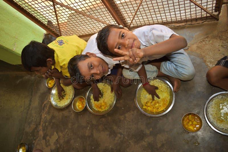 Het medio programma van de dagmaaltijd, een Indisch overheidsinitiatief, is lopend in een lage school De leerlingen nemen hun maa royalty-vrije stock foto's