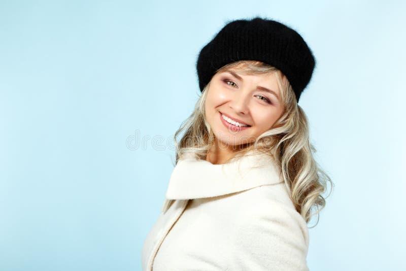 Het medio volwassen gelukkige het glimlachen portret van de vrouwenwinter, aantrekkelijke caucas stock foto