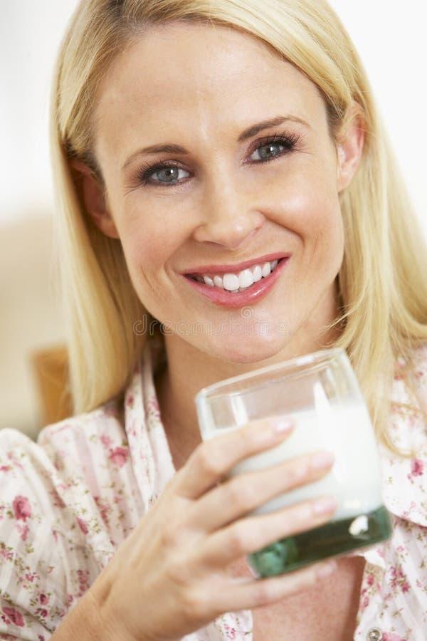 Het medio Volwassen Glas van de Holding van de Vrouw Melk stock foto