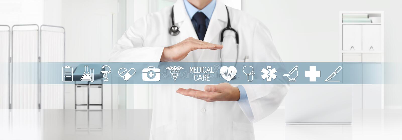 Het medische concept van de dekkingsverzekering, handen arts symbolen en pictogrammen behandelen met de kliniek op de achtergrond royalty-vrije stock foto